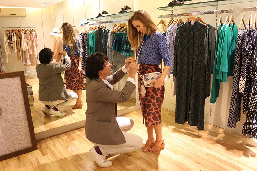 Osvaldo Costa fazendo o styling da cliente